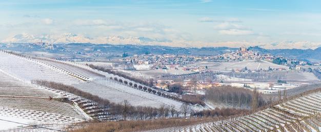 Italien piemont: barolo weinberge einzigartige landschaft winterschnee