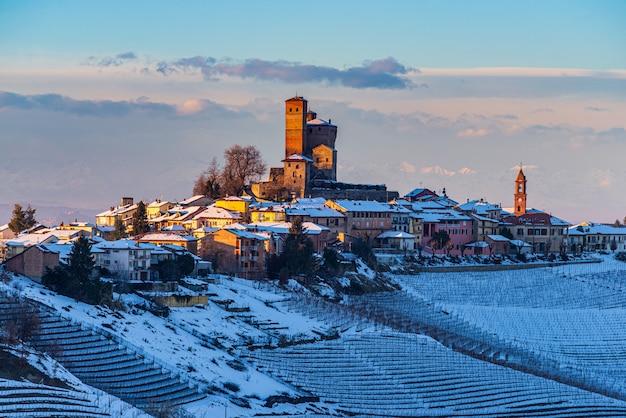 Italien piemont: weinberge einzigartige landschaft winter sonnenuntergang