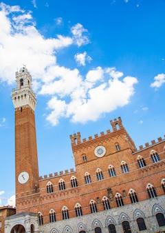 Italien, siena, piazza del campo. detail von torre del mangia, 700 jahre alt