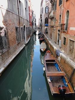 Italien wasser boote gebäude am kanal venedig gondeln