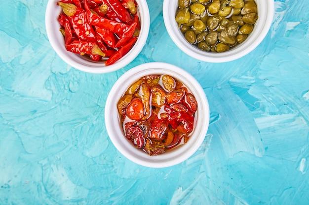 Italienisch konserviertes set - marinierte kapern und pfeffer, sonnengetrocknete tomaten
