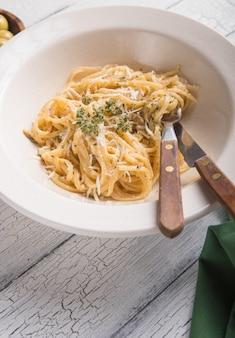 Italienische alfredo pasta. pasta aus dem italienischen restaurant alfredo. käse