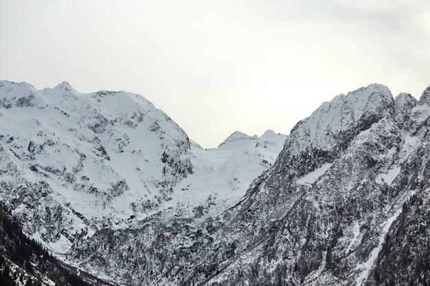 Italienische alpenberge bedeckt im schnee