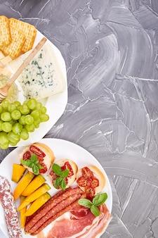 Italienische antipasti-weinsnacks eingestellt. antipasti mit ruck, salami,