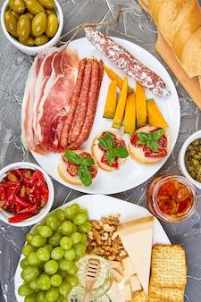 Italienische antipasti-weinsnacks eingestellt. antipasti-platte
