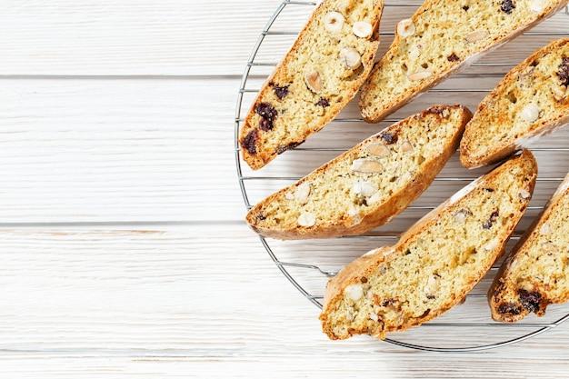 Italienische biscotti-kekse auf backblech frisch gebackene kekse