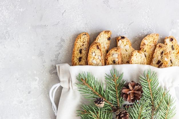 Italienische biscotti mit haselnüssen in einer tasche