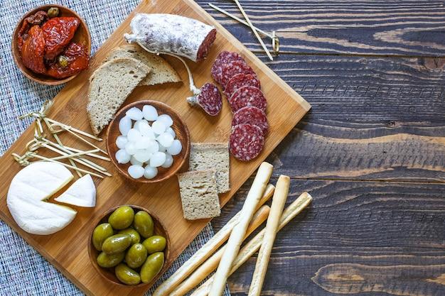 Italienische bruschetta mit gerösteten scheiben brot mit kirschtomaten