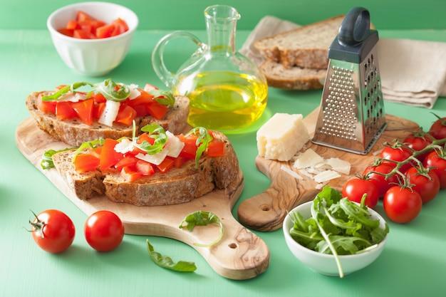 Italienische bruschetta mit tomaten-parmesan-rucola