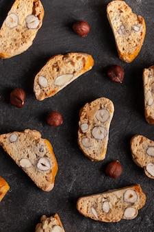 Italienische cantuccini-kekse auf betontisch