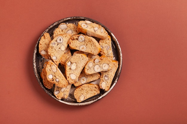Italienische cantuccini-kekse auf braun mit kopienraum