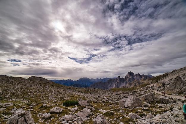 Italienische dolomiten an einem wolkigen tag