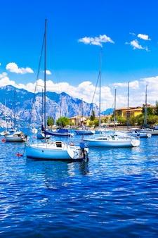 Italienische feiertage, segelboote im malerischen lago di garda