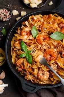 Italienische fettuccine-nudeln mit meeresfrüchten meeresfrüchte-nudeln mit muscheln
