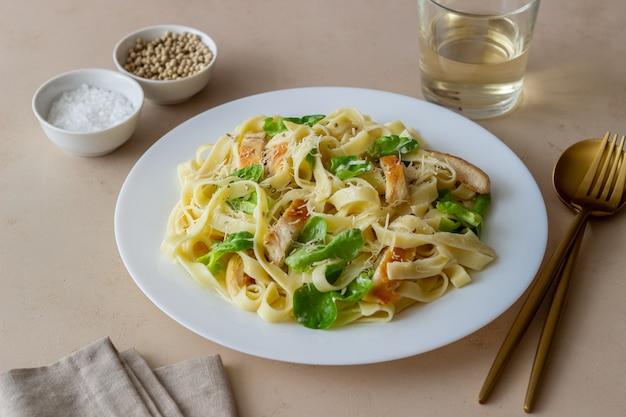 Italienische fetuccini alfredo pasta mit huhn. nationale küche. gesundes essen.