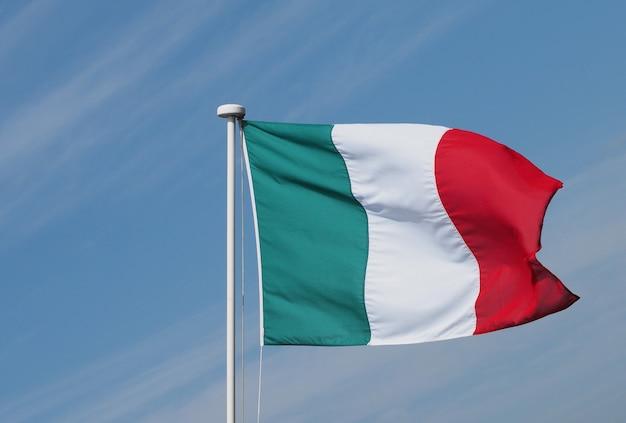 Italienische flagge italiens über blauem himmel