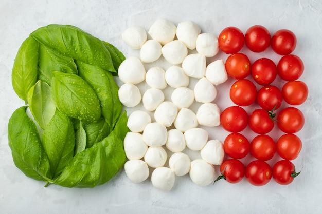 Italienische flagge mit tomaten-mozzarella und basilikum