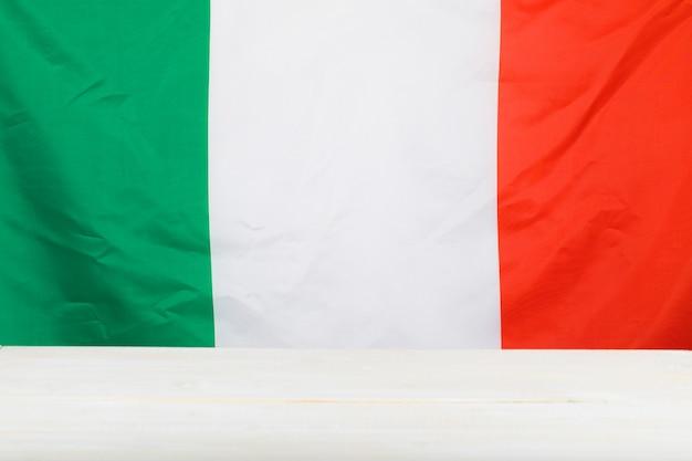 Italienische flagge und holztafel. freier platz für einen text