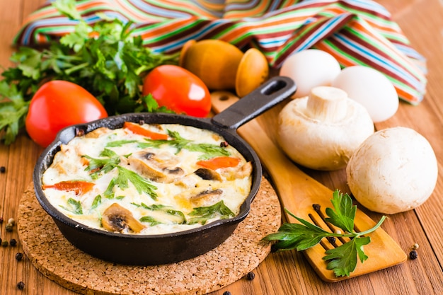 Italienische frittata und zutaten zum backen
