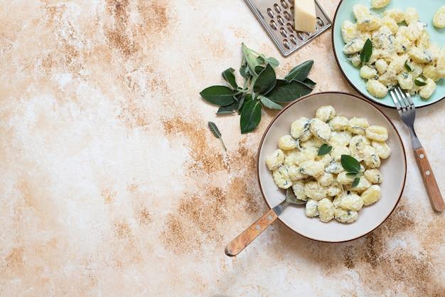 Italienische hausgemachte gnocchi mit butter, käse und salbei