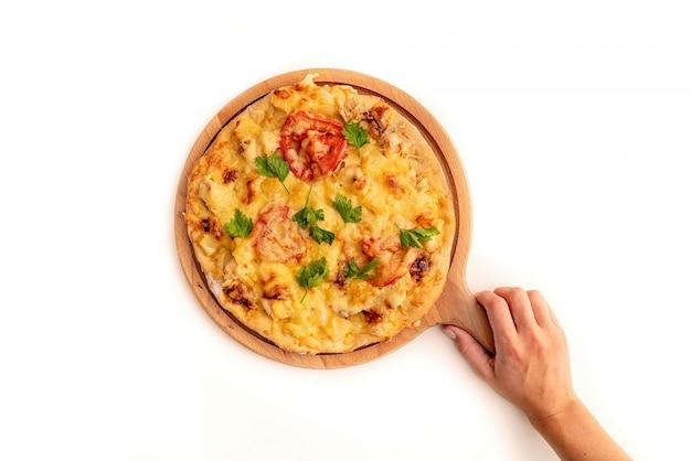 Italienische hausgemachte pizza auf einem brett