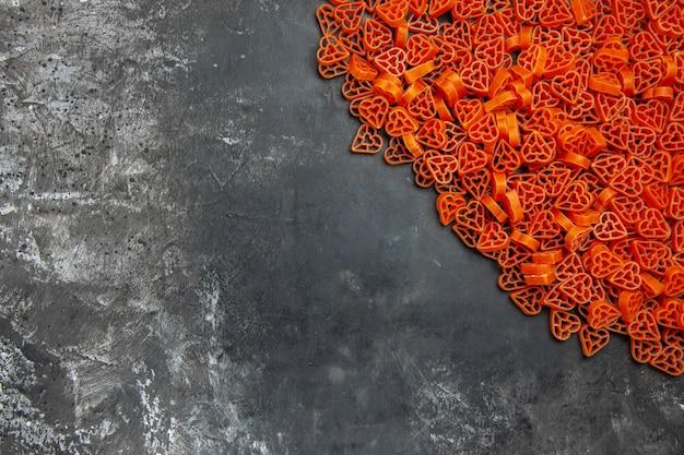 Italienische herznudeln mit draufsicht auf dunklem tisch mit kopierraum