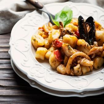 Italienische kartoffelgnocchi mit meeresfrüchten