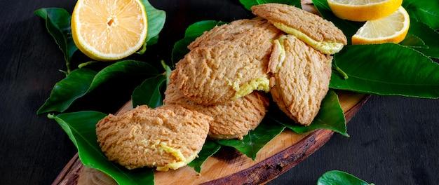 Italienische kekse gefüllt mit für ligurien typischer zitronencreme, bundles fagottini-kekse genannt