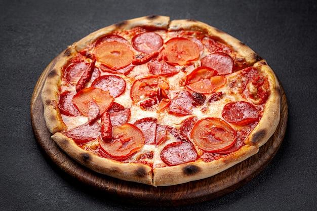 Italienische küche pepperoni-pizza mit salami-wurst und paprika