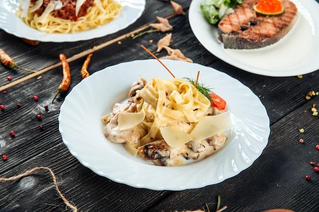 Italienische küche tagliatelle mit pilzen huhn