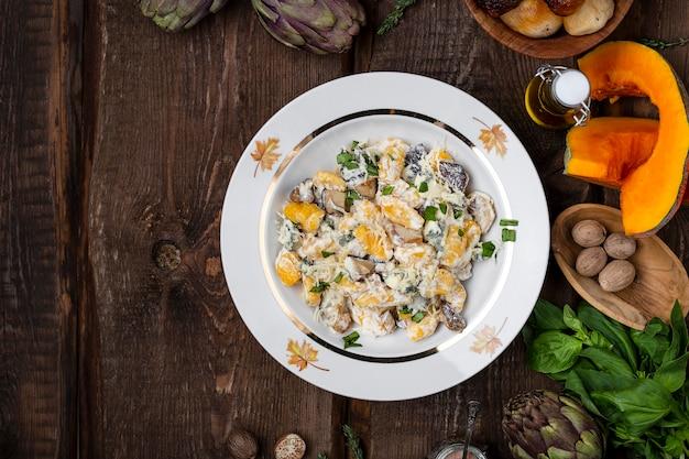 Italienische kürbisgnocchi mit pilz-sahne-sauce