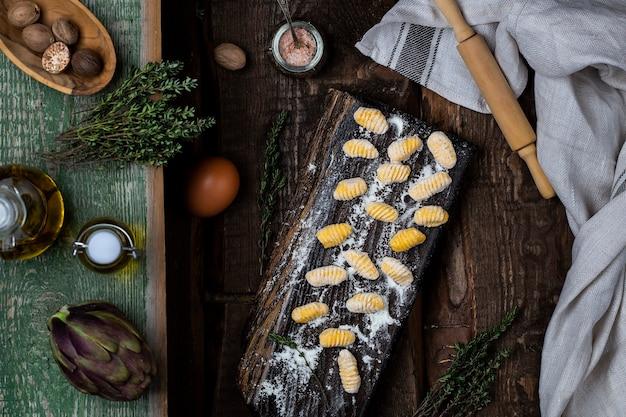 Italienische kürbisgnocchi ungekocht auf dem holzbrett