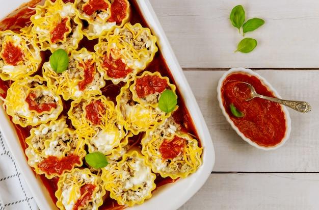 Italienische lasagne mit tomatenwurst, ricotta und rinderhackfleisch