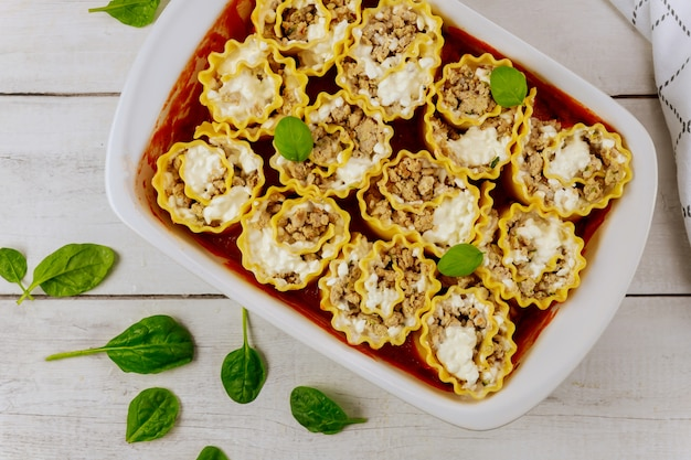 Italienische lasagne portion rollt in backofen tablett.