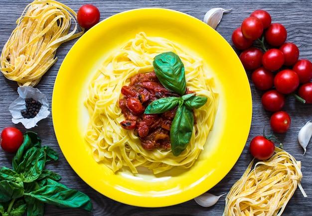 Italienische lebensmittelkochzutaten für tomatennudeln