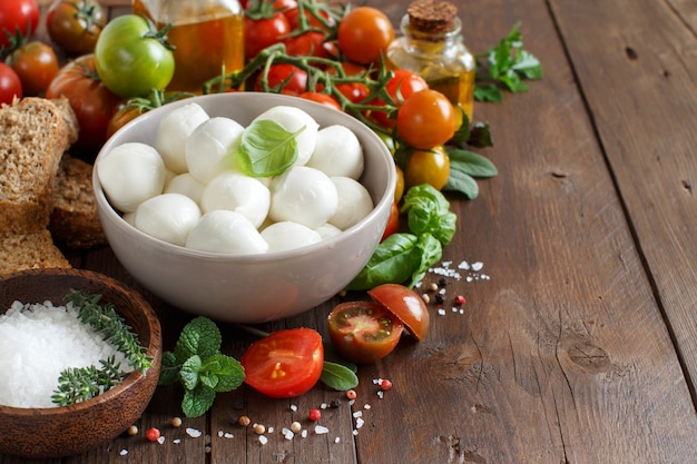 Italienische lebensmittelzutaten für caprese-salat auf holznahaufnahme