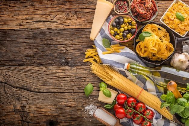 Italienische lebensmittelzutaten pasta olivenöl parmesankäse basilikum knoblauch pilze tomaten und oliven