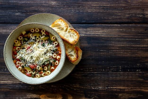 Italienische minestrone-suppe.