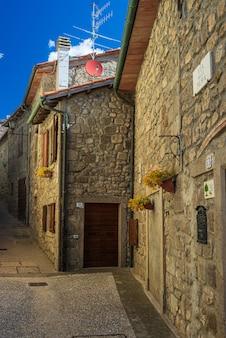 Italienische mittelalterliche dorfdetails, historische steingasse, alte markstraße, alte stadtsteingebäudearchitektur santa fiora, toskana, italien.