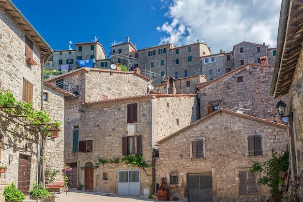 Italienische mittelalterliche dorfdetails, historischer steinplatz, alte stadtsteingebäudearchitektur santa fiora, toskana, italien.