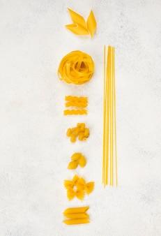 Italienische pasta auf dem schreibtisch