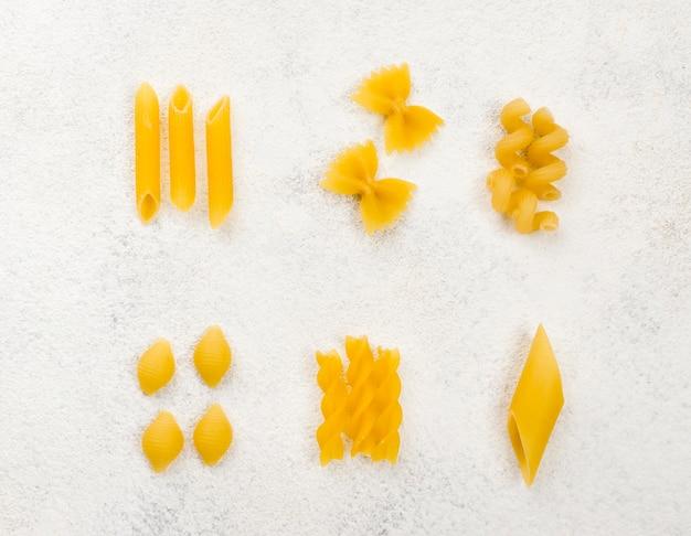 Italienische pasta auf dem tisch