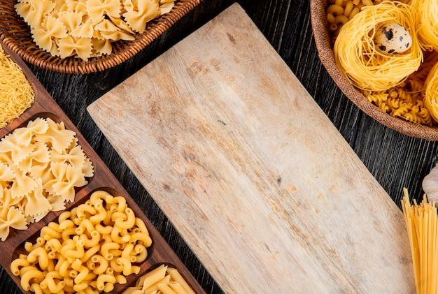 Italienische pasta fellini farfalle tagliolini eier draufsicht kopienraum