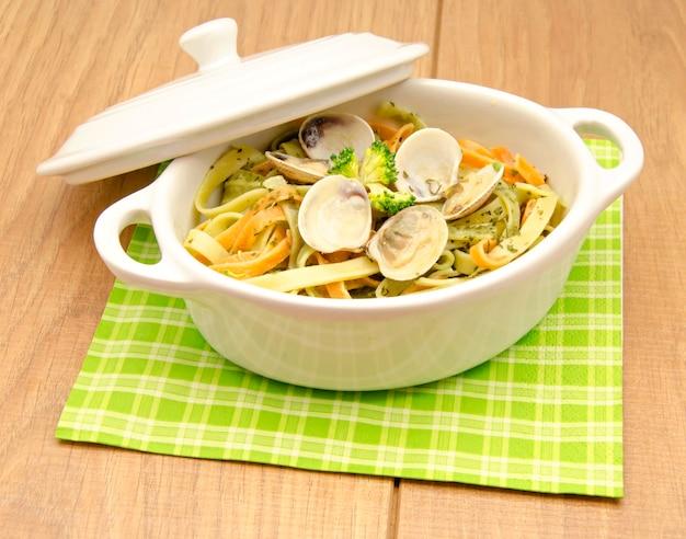 Italienische pasta in einer weißen schüssel