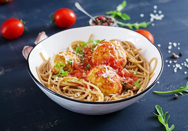 Italienische pasta. isolationsschlauch mit fleischklöschen und parmesankäseparmesankäse in der schüssel