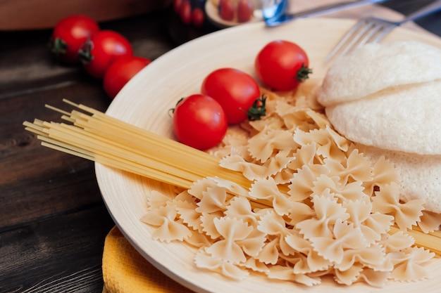 Italienische pasta-kirschtomaten-schneidebrettnahrung