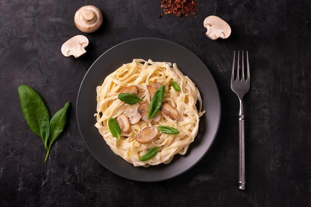 Italienische pasta mit cremiger sauce und pilzen