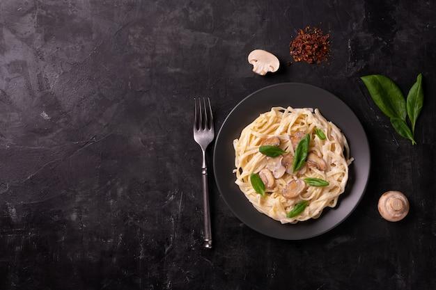 Italienische pasta mit cremiger sauce