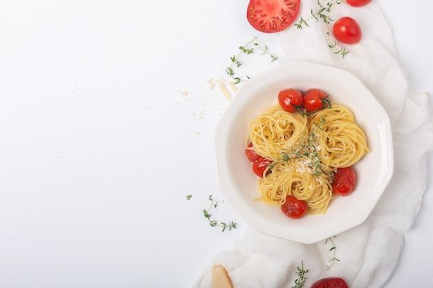 Italienische pasta mit gebratener kirschtomate und thymian