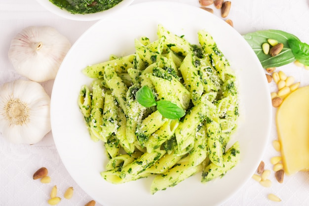 Italienische pasta mit leckerem pesto